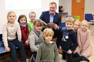 """Rund 70 Schülerinnen und Schüler der Erich-Kästner-Schule in Hollage begrüßten den Landtagsabgeordneten Guido Pott mit dem zum Vorlesetag passenden Song """"Alle Kinder lernen Lesen"""", bevor sie sich anschließend mit ihm auf eine spannende Reise nach Afrika machten. Foto: Büro Guido Pott"""