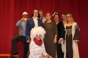 """Das Team der Theatergruppe """"FANtasieJOs"""" spielt in diesem Jahr das Weihnachtsmärchen """"Aschenputtel"""" in Hollage. Foto: Dominik Lapp"""