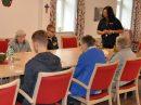 Bingo! Jugendliche des 9. Jahrgangs der Alexanderschule Wallenhorst spielen im Rahmen des BerufeCamps mit den Gäs-ten der ASB-Tages-/Nachtpflege in Bramsche. Foto: MaßArbeit / Kimberly Lübbersmann