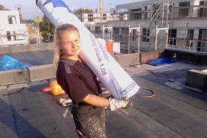 Voller Einsatz: Lisa Kundetov steigt als erste Dachdeckergesellin den Kunden der Hörnschemeyer Dächer GmbH & Co. KG aufs Dach. Foto: konsequent PR