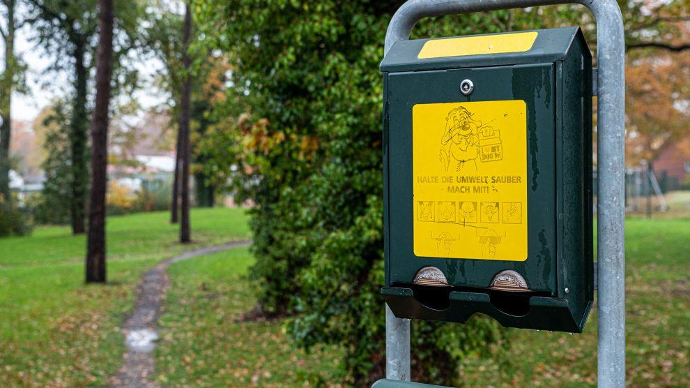 An den Hundestationen – wie hier am Hardinghausweg – können die Hundehalter kostenlose Abfalltüten entnehmen und sie nach Gebrauch im unteren Teil der Station entsorgen. Foto: Gemeinde Wallenhorst / Thomas Remme