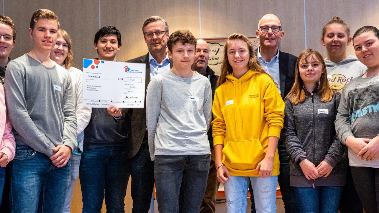Bürgermeister Otto Steinkamp, Organisatoren und Teilnehmende freuen sich über die Förderung durch das Deutsche Kinderhilfswerk. Foto: Gemeinde Wallenhorst / Ulla Kocks