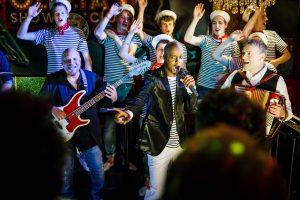 Yared Dibaba und die Schlickrutscher begeistern mit musikalisch neu verpackten plattdeutschen Shantys und Evergreens von der Waterkant. Foto: Lars Berg