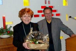 Barbara Havliza referierte beim 60plus-Frühstück in Hollage. Josef Thöle dankt ihr seitens der Kolpingsfamilie Hollage mit einem Präsent. Foto: Kurt Flegel / Kolpingsfamilie Hollage