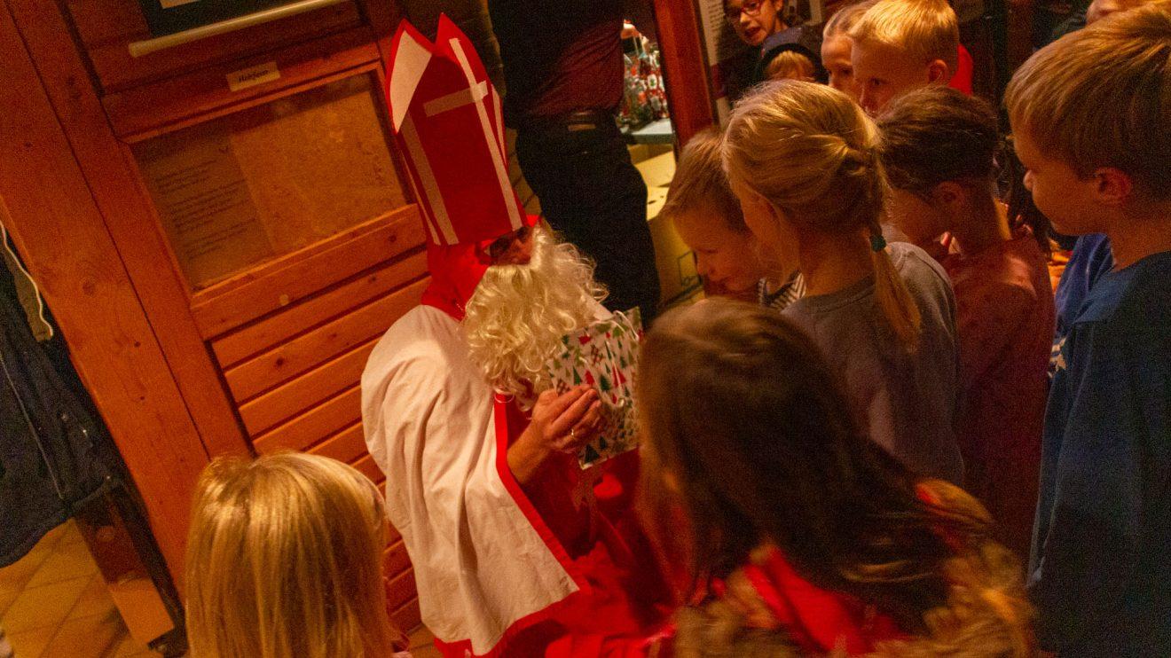 St. Nikolaus verteilt Geschenke an die braven Kolping-Kinder. Foto: André Thöle