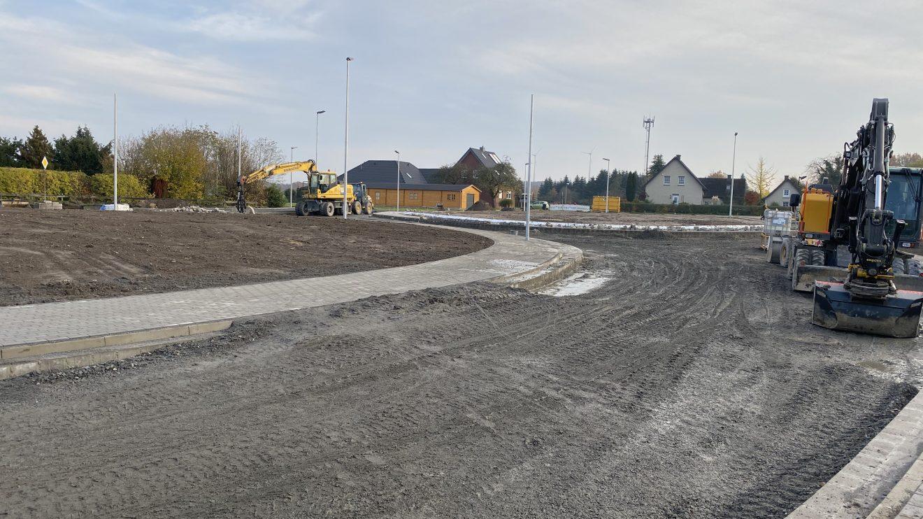 Die Bauarbeiten am neuen Kreisel in Hollage-Ost befinden sich im Endspurt, hier vom Pingelstrang aus betrachtet. Diese Aufnahme stammt vom 24. November 2019. Foto: Rothermundt / Wallenhorster.de