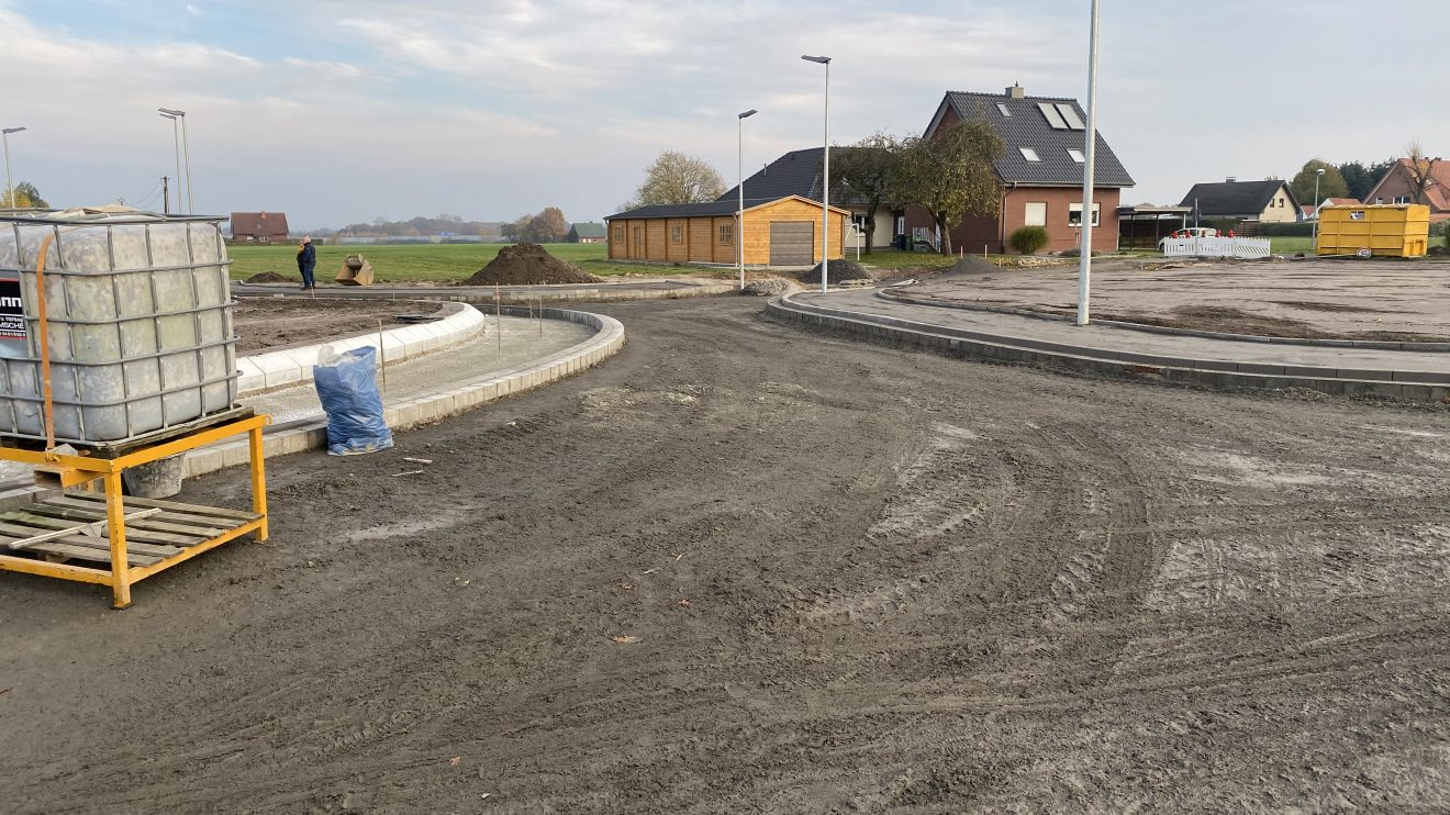 Die Bauarbeiten am neuen Kreisel in Hollage-Ost befinden sich im Endspurt. Diese Aufnahme stammt vom 24. November 2019. Foto: Rothermundt / Wallenhorster.de