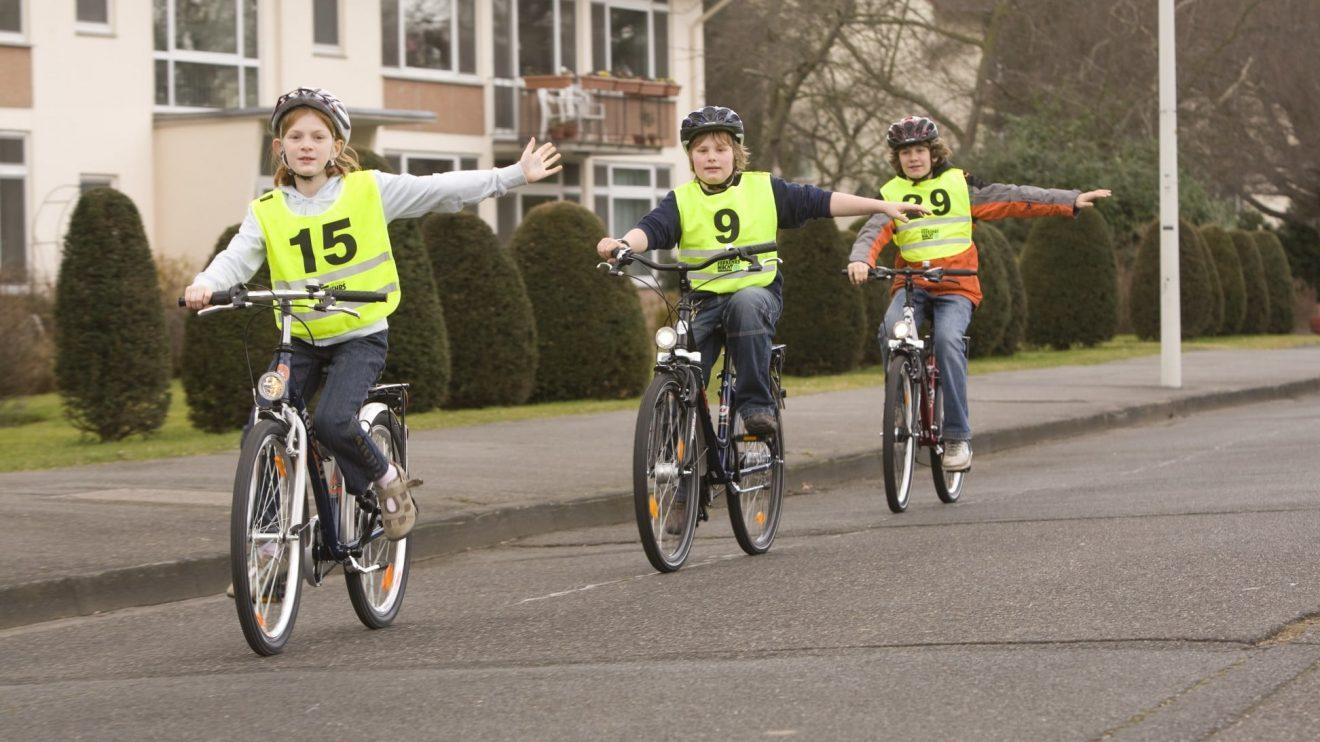 Mit Fahrradhelm, funktionierendem Licht sowie Reflektoren und Warnweste geht es sicher durch den Straßenverkehr. Foto: Deutsche Verkehrswacht
