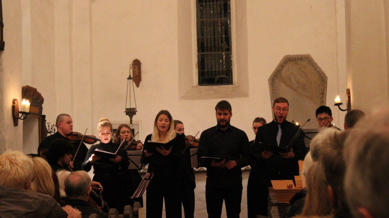 Am vergangenen Donnerstag präsentierte das Institut für Musik der Hochschule Osnabrück in der Alten Alexanderkirche in Wallenhorst das Semesterabschlusskonzert des Bereichs Vokale Kammermusik. Foto: Dominik Lapp, kulturfeder.de