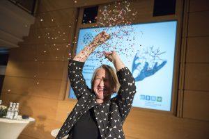 Dörte Maack begeistert ihr Publikum als blinde Rednerin und Moderatorin zum Thema Inklusives Führen. Foto: Uwe Lewandowski