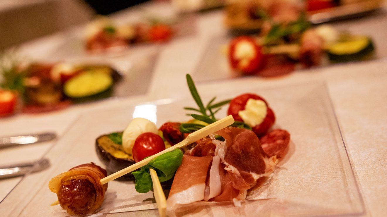 Ein Abend für Leib und Seele: Passend zur Musik von Ombre di Luci werden den Gästen Antipasti, Brot und Wein angeboten. Foto: Gemeinde Wallenhorst / André Thöle