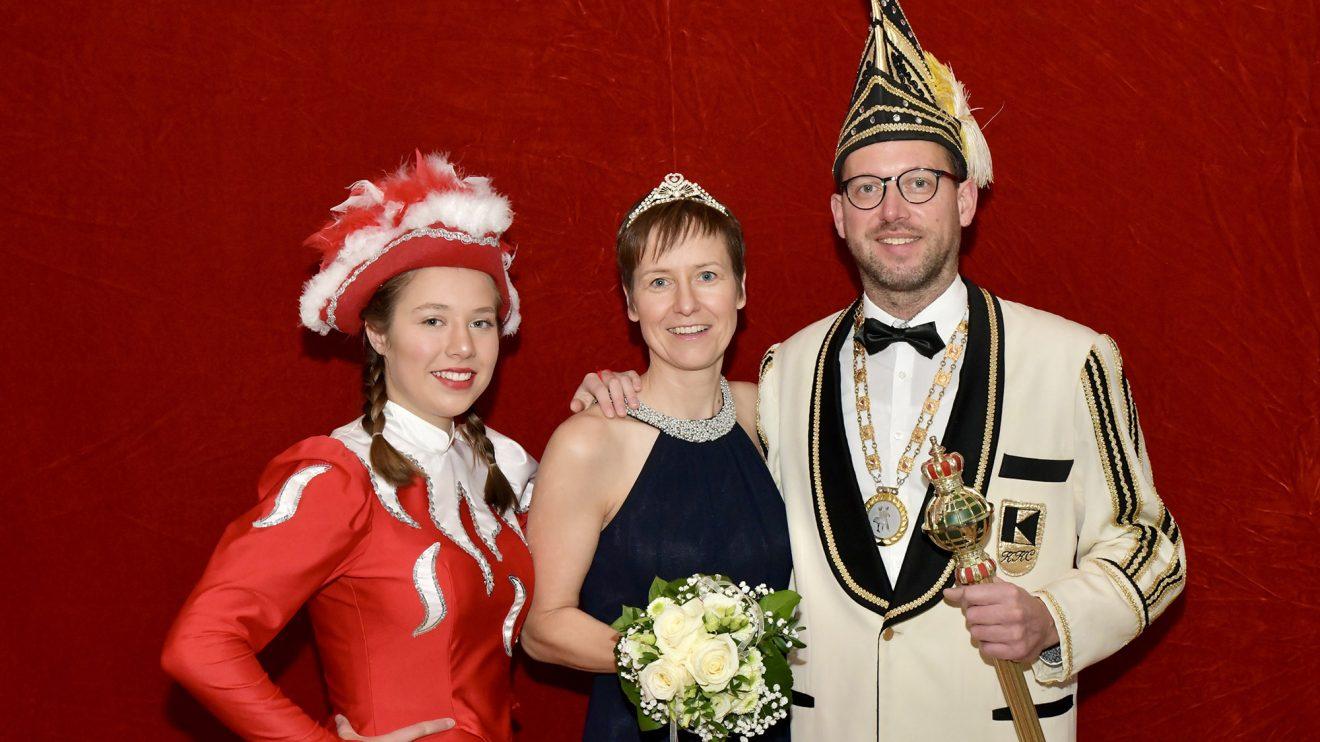 Prinz Thomas I. und Prinzessin Sandra II. (Thomas und Sandra Torbecke) sowie Funkenmariechen Maja Torbecke. Foto: Kurt Flegel / Kolpingsfamilie Hollage
