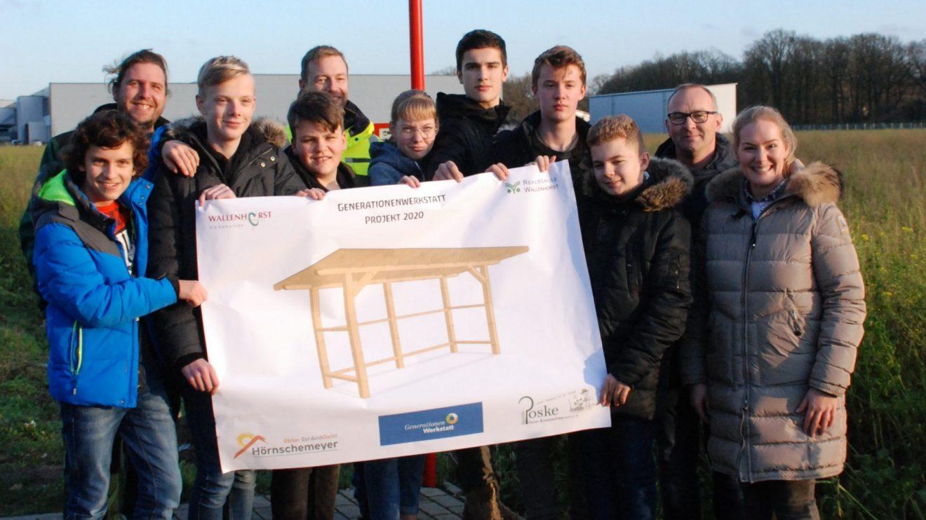 Das Projekt vom neuen Fahrgastunterstand am Hollager Hullerweg mit Realschülern aus Wallenhorst und die Firmenchefin Ina Hörnschemeyer sowie Firmenchef Alexander Poske. Foto: Babette Rüscher-Ufermann