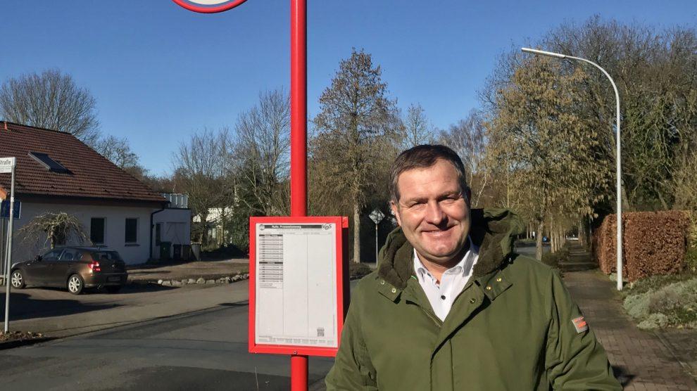 Der Landtagsabgeordnete Guido Pott freut sich über die Grunderneuerung der Haltestelle Prozzesionsweg. Foto: Büro Guido Pott