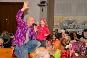 Viel Spaß und Bewegung hatten die kleinen Närrinnen und Narren beim Kolping-Kinderkarneval, wie hier beim Auftritt der Jojos. Foto: Kurt Flegel / Kolpingsfamilie Hollage