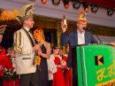 """Bürgermeister Otto Steinkamp überreicht Prinz Thomas I. neben dem Rathausschlüssel auch eine Flasche """"851"""". Foto: Dennis Flegel / Kolpingsfamilie Hollage"""