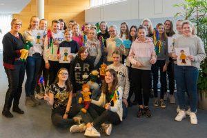 Die Jugendlichen lernen von Kornelia Böert (links) alles, was ein verantwortungsvoller Babysitter wissen muss. Foto: Gemeinde Wallenhorst / Anette Boberg