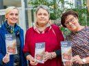 Margret Terglane (Gemeindeverwaltung), Laure Meierrose und Edeltraut Rautenstrauch (Hospizgruppe) freuen sich auf zahlreiche Gäste bei der Vernissage. Foto: Gemeinde Wallenhorst / André Thöle