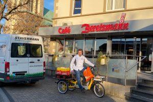 Probefahrt mit Brot, Brötchen und Kuchen: Bäcker Jörg Berelsmann testet das Lasten-E-Bike von Stavermann. Foto: Elena Berelsmann