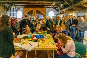 Die Modellbauer stellen den Workshop-Teilnehmern ihre Arbeiten vor. Foto: Christian Stöber / Gemeinde Wallenhorst