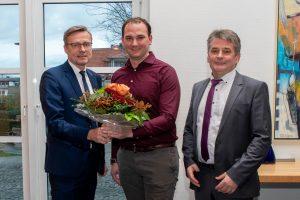 Bürgermeister Otto Steinkamp (links) und Ratsvorsitzender Hans Stegemann (rechts) begrüßen das neue Ratsmitglied Stefan Grothaus. Foto: Andrea Wellmann / Gemeinde Wallenhorst