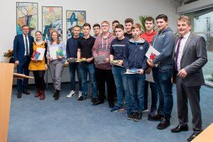 Bürgermeister Otto Steinkamp (links) und Hans Stegemann (rechts) danken den Schülerinnen und Schülern für ihr Engagement. Foto: Andrea Wellmann/ Gemeinde Wallenhorst