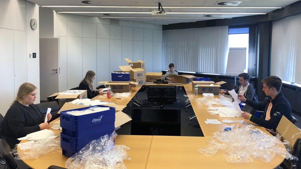 Helfende Stadtwerke-Hände beim Verpacken der Alltagsmasken für Abokunden. Foto: Stadtwerke Osnabrück / Thomas Teepe