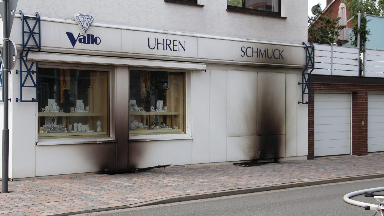 Feuerwehreinsatz im Zentrum von Wallenhorst in der Großen Straße am Samstagnachmittag nach einem Kellerbrand. Foto: Marc Dallmöller