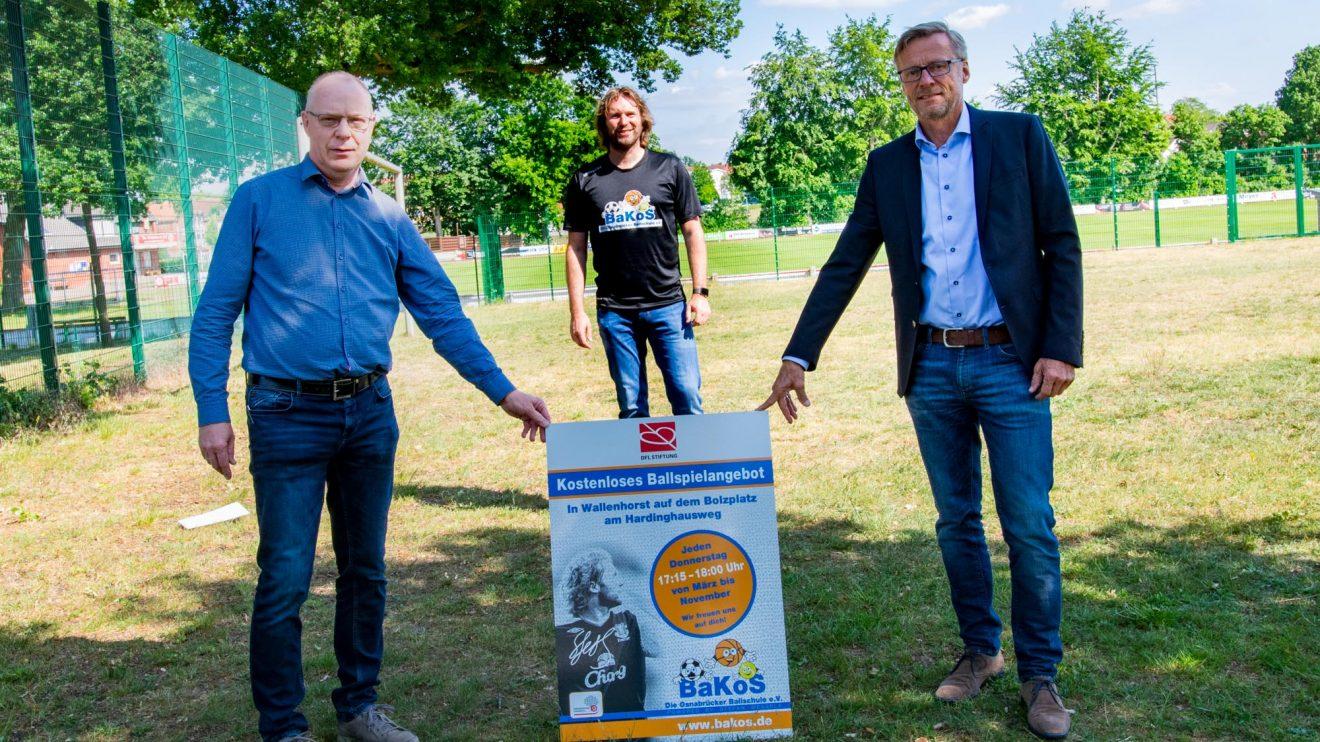 Freuen sich auf den Start des offenen Ballspielangebots in Wallenhorst: Andreas Albers (Gemeindeverwaltung), Stefan Wessels und Bürgermeister Otto Steinkamp (von links). Foto: André Thöle / Gemeinde Wallenhorst