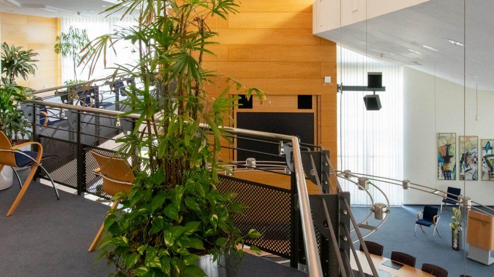 Interessierte Bürgerinnen und Bürger können von der Empore aus die Ausschusssitzungen im Ratssaal verfolgen. Die Anzahl der Plätze ist auf acht begrenzt. Foto: André Thöle / Gemeinde Wallenhorst