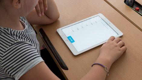 Digitales Lernen in der Schule und zu Hause. Symbolfoto: pixabay / steveriot1