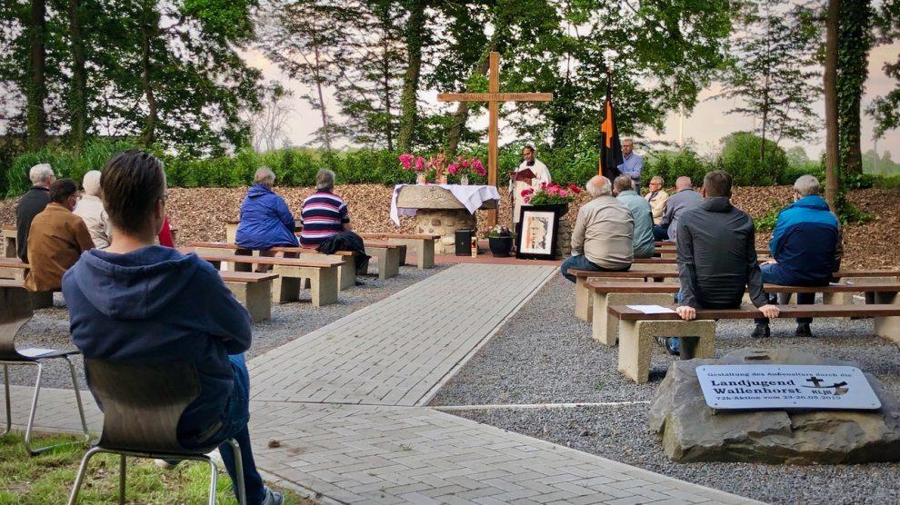 Kolping-Maiandacht an der Hollager Mühle. Für Pater Thomas Vaddakumchery ist es der erste Einsatz als Kolping-Präses. Foto: Volker Holtmeyer
