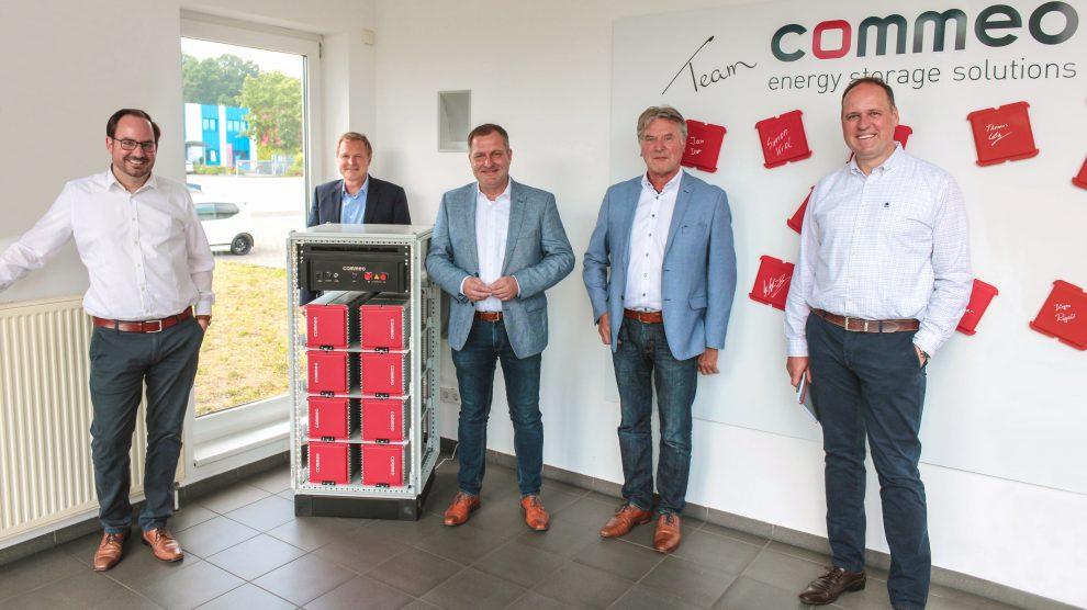 v.l. Michael Schnakenberg (Geschäftsführer), Martin Lange (Vorsitzender des Bauausschusses), Guido Pott (SPD/FDP-Gruppenvorsitzender), Hubert Pohlmann (Vorsitzender des Umweltausschusses) und Frank Vöge (Vertriebsleiter). Foto: Commeo GmbH