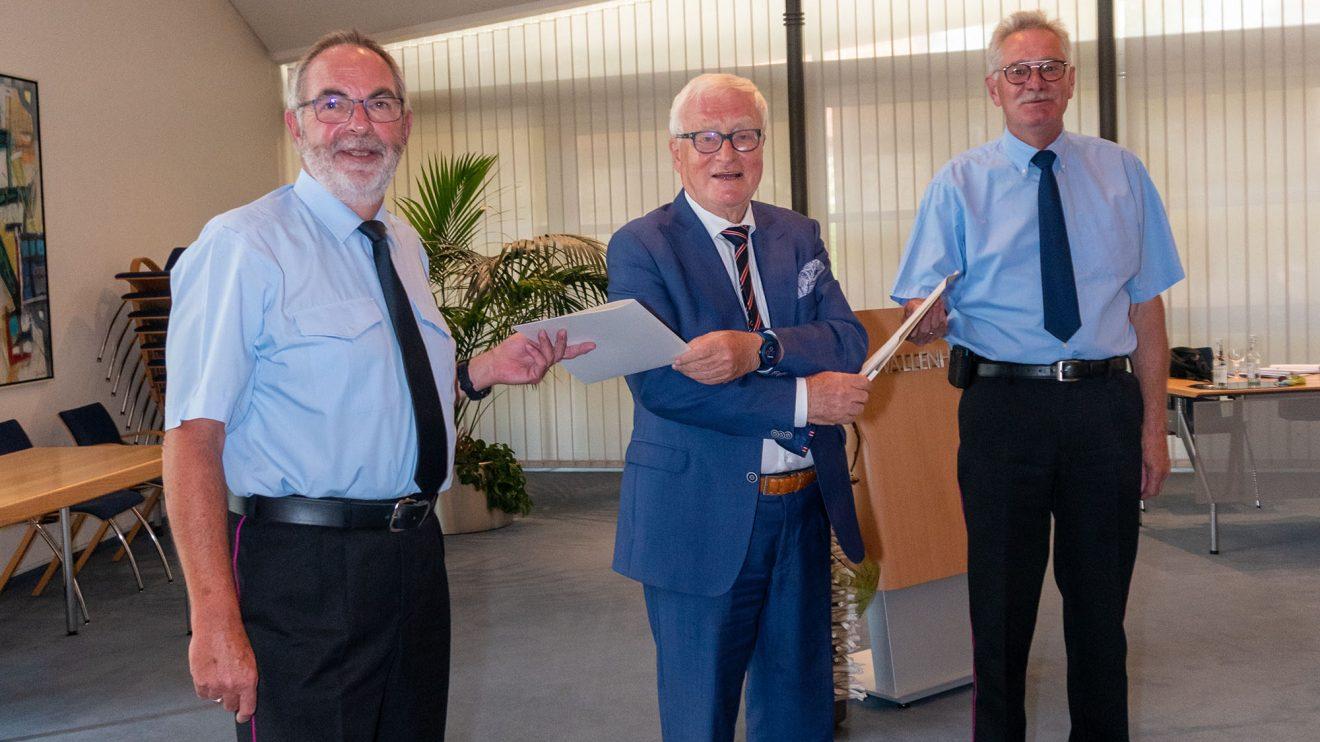 Alfred Lindner überreicht die Entlassungsurkunden an Ulrich Beimesche (links) und Georg Vennemann. Foto: Nicole Erben / Gemeinde Wallenhorst