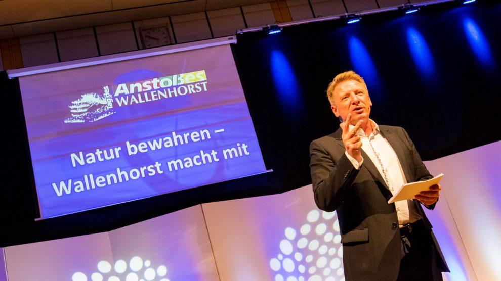 Moderator Ludger Abeln verkündet im November 2019 in gewohnt charmanter Art das Motto der nächsten Ehrenamtsgala. Foto: André Thöle / Gemeinde Wallenhorst