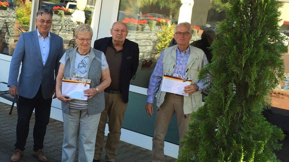 Clemens Lammerskitten (links) gratuliert den langjährigen Mitgliedern der Wallenhorster CDU. Foto: CDU Gemeindeverband Wallenhorst