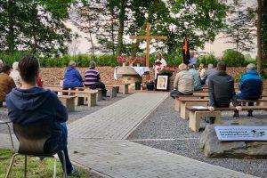Die Sonntagsmesse findet am 9. August in der Freiluftkirche an der Hollager Mühle statt – ähnlich wie hier bei der Kolping-Maiandacht. Foto: Volker Holtmeyer