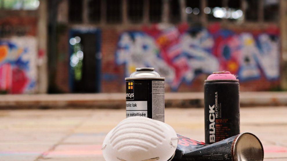 Am frühen Sonntagmorgen erhielt die Polizei einen Hinweis auf einen Graffitisprayer an einer Brücke am Schulweg in Lechtingen. Symbolfoto: S. Hermann & F. Richter / Pixabay