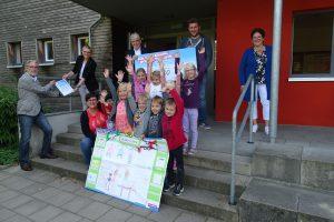 Die beteiligten Kinder mit ihren Erzieher/innen und Vertreter/innen des Handwerks. Bild: HWK/Lehr