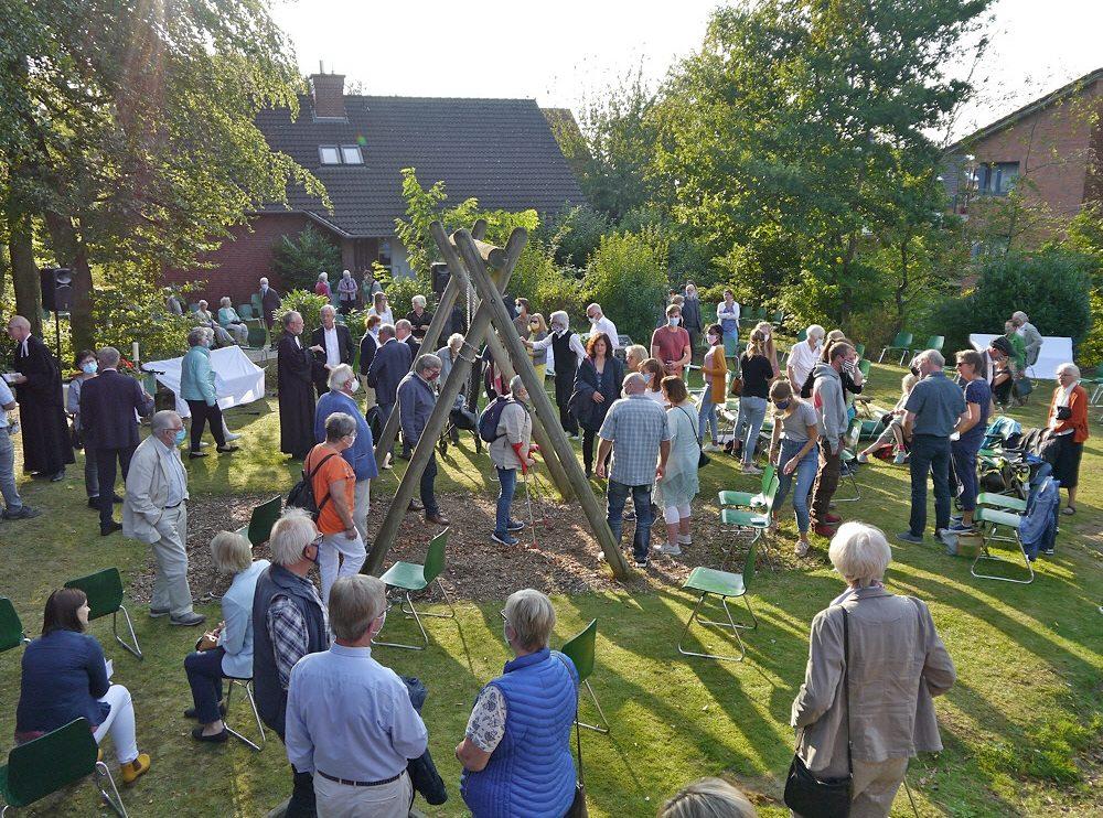 Begegnung aus Austausch nach dem Einführungsgottesdienst im Garten hinter der Kirche. Foto: Frank Waniek