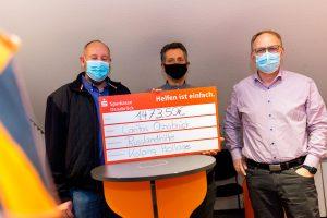 Burkhard Böwer und Heiner Placke (rechts) überreichen einen symbolischen Scheck über den Spendenbetrag an Caritas-Referent Ottmar Steffan (Mitte). Foto: André Thöle / Kolpingsfamilie Hollage