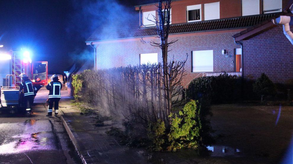 Die Freiwillige Feuerwehr Wallenhorst rückte in der Nacht zu Montag zu einem Heckenbrand an der Hans-Böckler-Straße / Ecke Pyer Kirchweg aus. Foto: Marc Dallmöller