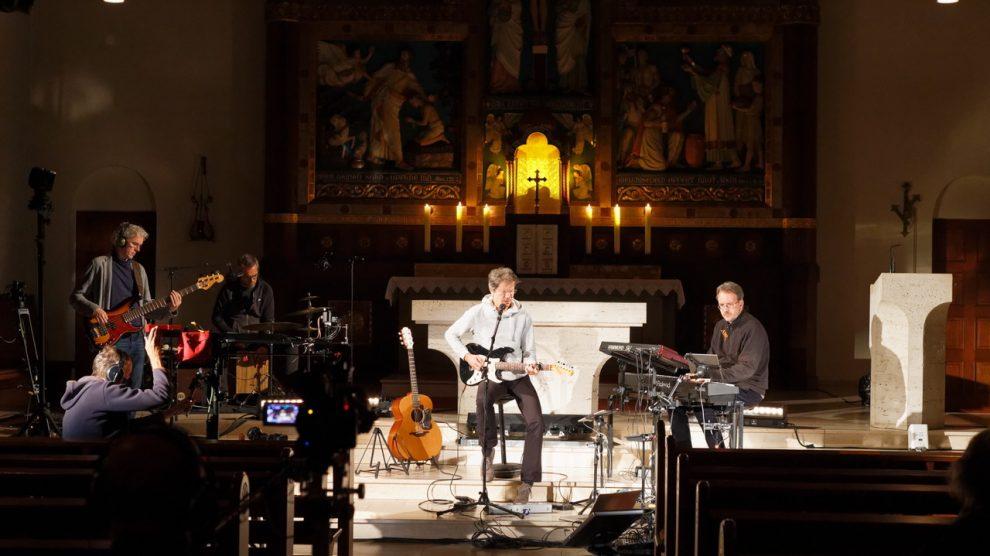 """Der Komponist und Liedermacher Gregor Linßen kam mit seiner Band nach Hollage und präsentierte ein """"Kinder-des-Lichts-Konzert"""". Foto: Peter Gottselig"""