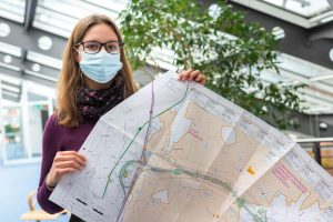 Wallenhorsts Umweltbeauftragte Isabella Draber mit einem Plan aus den öffentlich ausliegenden Unterlagen zur A33 Nord. Foto: André Thöle / Gemeinde Wallenhorst