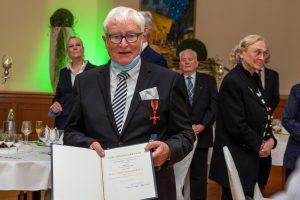Alfred Lindner mit dem Bundesverdienstkreuz und der Urkunde des Bundespräsidenten. Foto: Thomas Remme