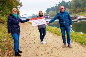 Heiner Placke und Steffi Hörnschemeyer überreichen den Spendenscheck an Doris Wächter (links). Foto: André Thöle