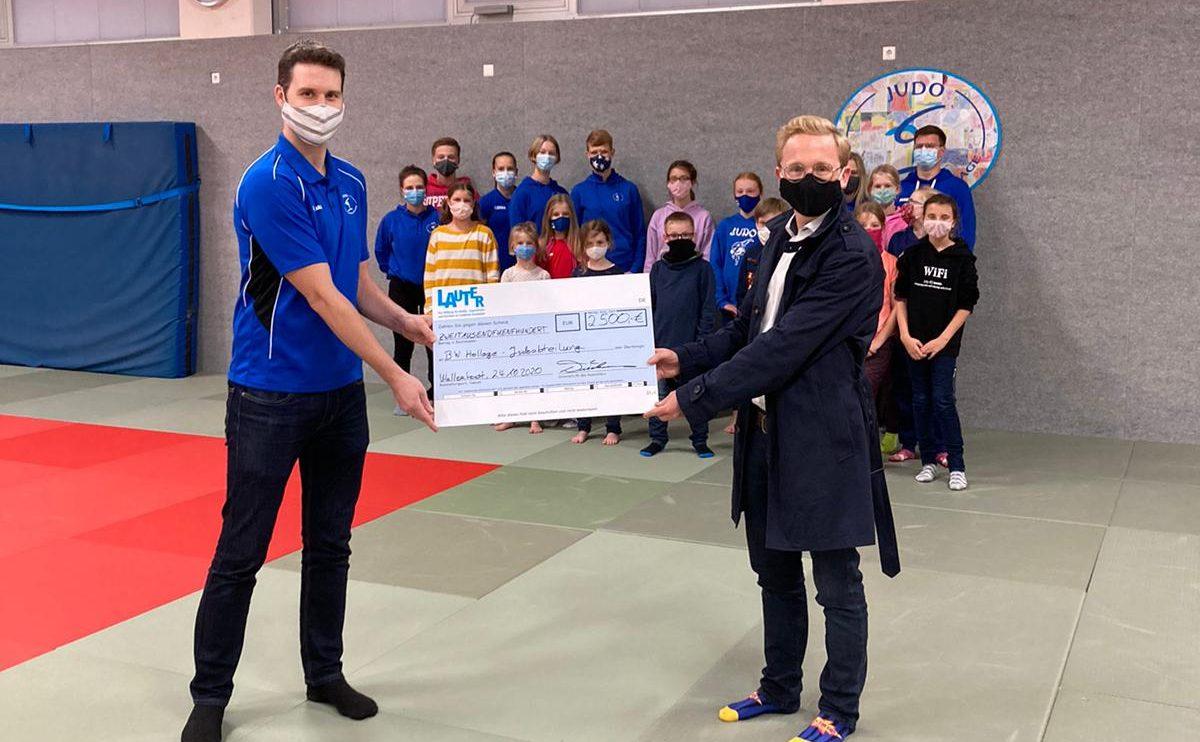Spendenübergabe von Kuratoriumsmitglied der Stiftung Lauter, Michael Lührmann (rechts), und den 2. Vorsitzenden der Judoabteilung, Michael Freking (links). Foto: Blau-Weiss Hollage