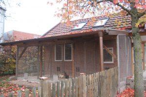 Gute Lösung: Mit einem Dach und einem Gitter bietet dieser Unterstand einen funktionierenden Schutz des gehaltenen Geflügels vor einem Kontakt mit Wildvögeln. Foto: Landkreis Osnabrück/Schratz