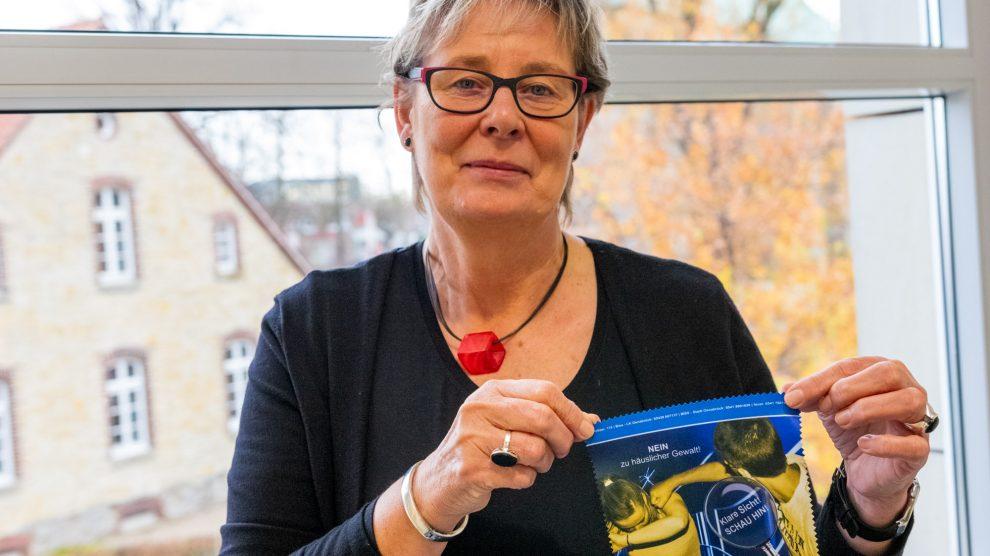 Wallenhorsts Gleichstellungsbeauftragte Kornelia Böert mit einem Brillenputztuch, das als Werbegeschenk zum Aktionstag über die Apotheken verteilt wird. Foto: André Thöle / Gemeinde Wallenhorst
