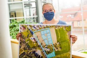 13 Baugrundstücke vergibt die Gemeinde Wallenhorst im Ortsteil Lechtingen, wie Aileen Schlemonat vom Fachbereich Planen Bauen Umwelt hier zeigt. Foto: André Thöle / Gemeinde Wallenhorst
